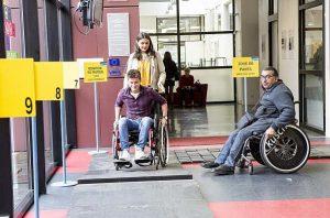 photo d'un homme sur un fauteuil roulant