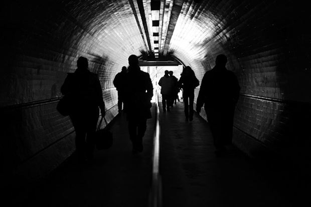 Photo de personnes dans un souterrain