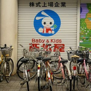 Mascotte urbaine dans un quartier japonais