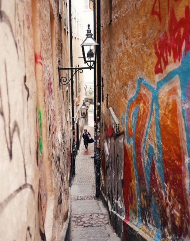Une rue étroite et colorée à Stockholm