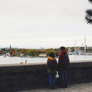 Des passants qui regardent Stockholm