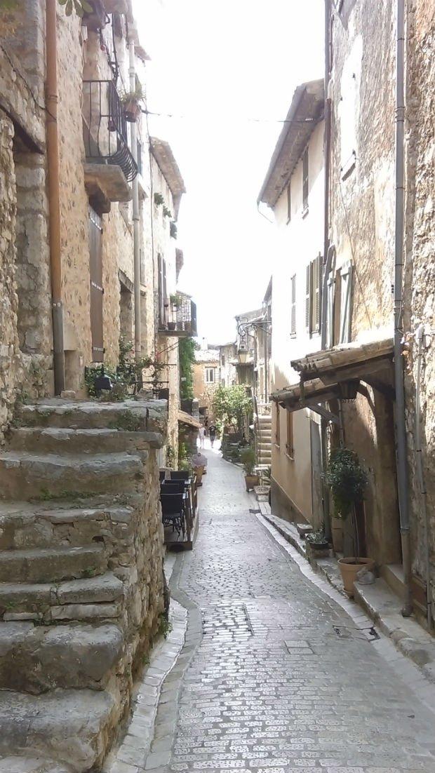 Une étroite ruelle dans un village