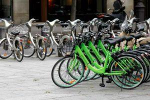 Les vélos verts de la société Gobee.bike à Paris