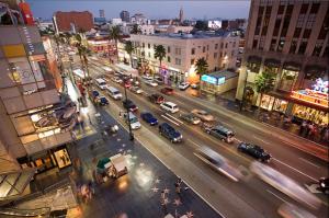 un boulevard concentré de voiture à Los Angeles