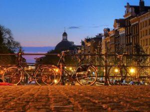 photo de velos dans paris contre une barriere