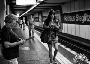 une femme dans le metro