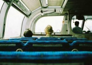 das passagers dans un bus en direction de la ville
