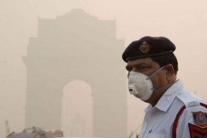 Un homme portant un masque contre la pollution à Delhi