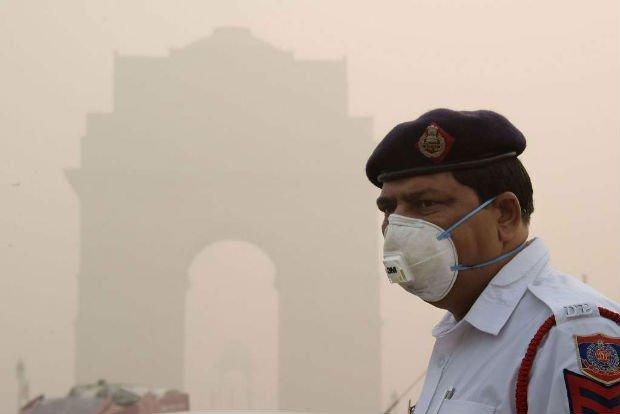 Un homme portant un masque contre la pollution à Delhi