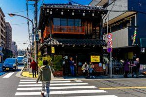 une personne travserant un passage piéton au japon