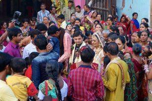Les rues des bidonvilles accueillent des mariages.