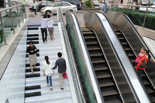 Un escalier musical sous forme de piano a davantage attisé la curiosité des piétons que son compère mécanique