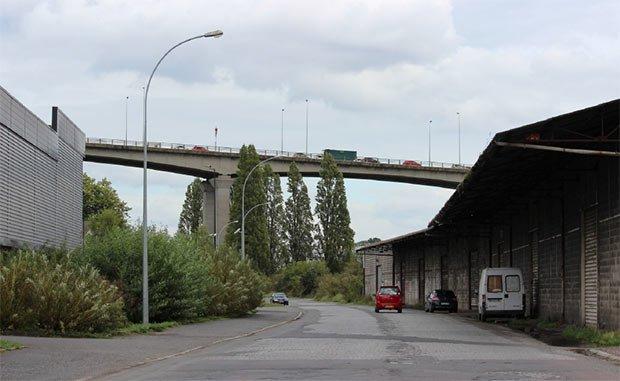photo d une route pres des hangars