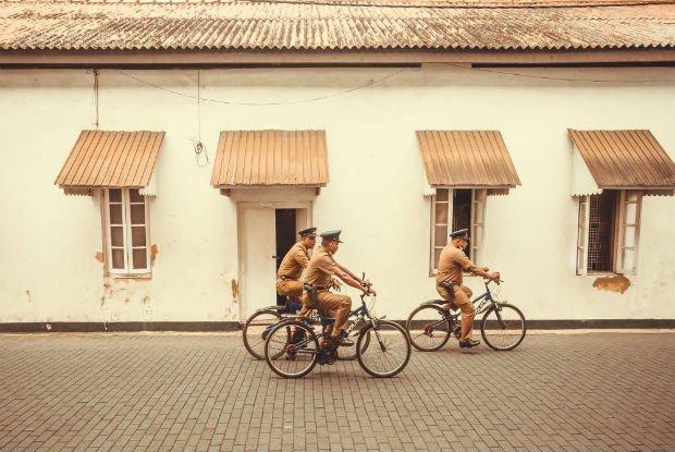 des policiers sri lankais en vélo