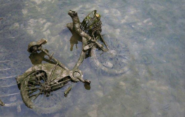 Un Vélib' jeté par-dessus bord