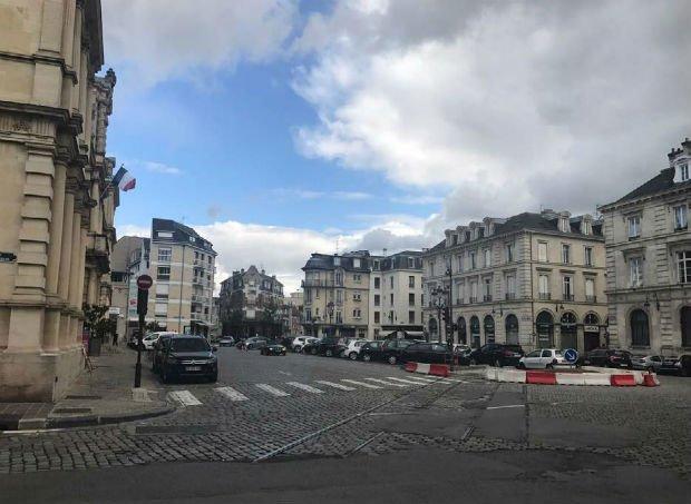 Le parvis de l'hôtel de ville actuel grignoté par les voitures
