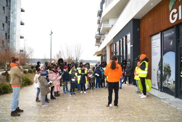 Les enfants et les volontaires pendant le rallye pédagogique dans le quartier Ginko - Bouygues Immobilier