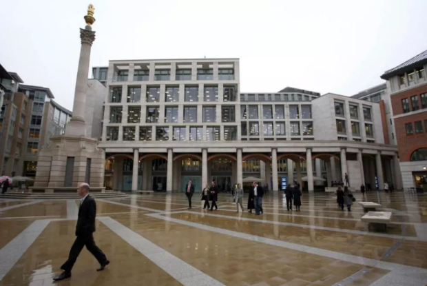 Devant la Bourse de Londres, l'espace public géré par le privé est sur-protégé