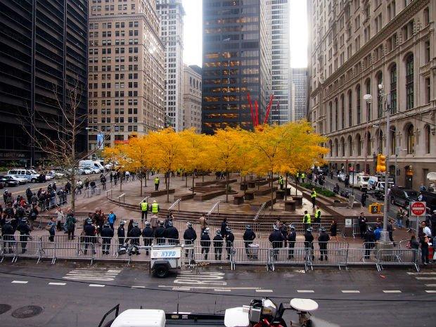 Les barrières et agents de sécurité empêchent l'accès des manifestants Occupy Wall Street au parc Zuccotti