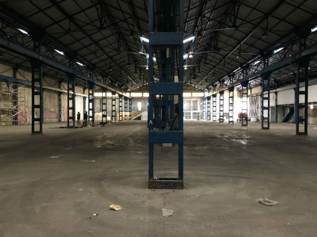 """Immense hangar qui est investi par """"ICI Marseille"""" depuis avril 2018 et dont les travaux sont toujours en cours."""