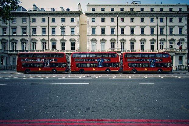 Rangée de bus à impériale devant le lycée français Charles de Gaulle à Londres, le plus prisé du réseau des lycées français.